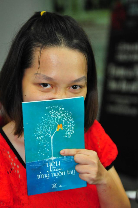 Tự truyện của cô gái khuyết tật viết bằng 1 ngón tay: Tôi là thiên thần 6 chân - Ảnh 2.
