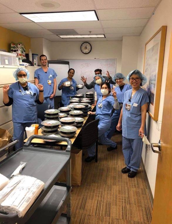 Cơm Việt trợ sức bác sĩ ở Cali - Ảnh 1.