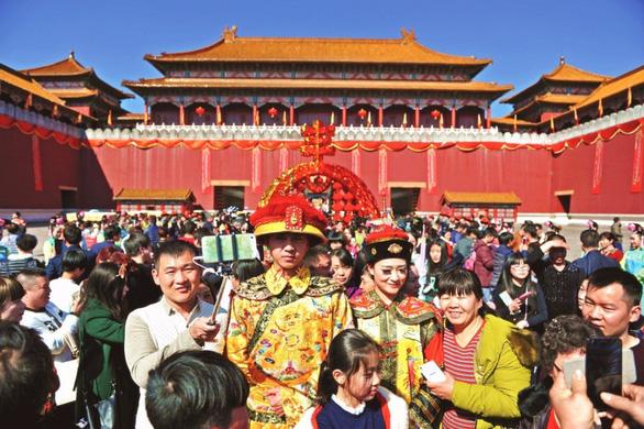 COVID-19 tạm ổn, diễn viên và đạo diễn nổi tiếng Trung Quốc nhất tề ra phim trường - Ảnh 2.