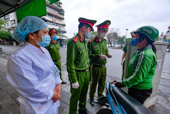 Hà Nội nói có đủ căn cứ xử phạt người dân ra đường không có lý do cần thiết - Ảnh 1.