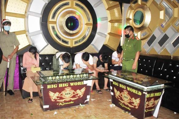 11 thanh niên nam, nữ karaoke, nhảy múa cùng ma túy lúc 0h - Ảnh 1.