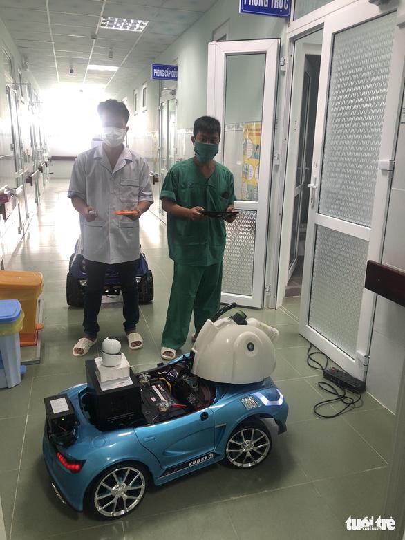 Biến xe đồ chơi thành xe phun khử trùng điều khiển từ xa trong khu cách ly - Ảnh 1.