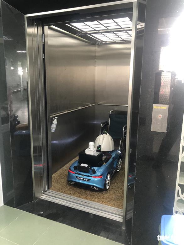 Biến xe đồ chơi thành xe phun khử trùng điều khiển từ xa trong khu cách ly - Ảnh 3.
