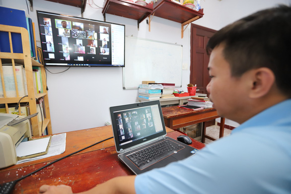 Giáo viên ở TP.HCM dạy trực tuyến môn văn cho học sinh lớp 12 - Ảnh: NHƯ HÙNG