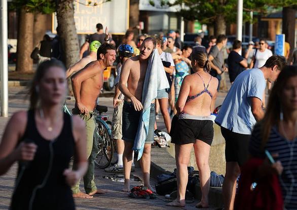 Luật không rõ ràng, dân Úc vẫn tấp nập tắm biển - Ảnh 1.