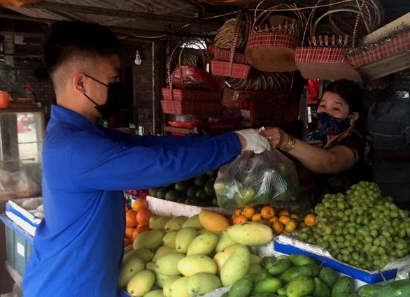 Đội shipper áo xanh đi chợ giúp bà con miễn phí - Ảnh 1.