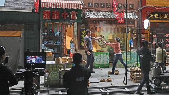 COVID-19 tạm ổn, diễn viên và đạo diễn nổi tiếng Trung Quốc nhất tề ra phim trường - Ảnh 1.
