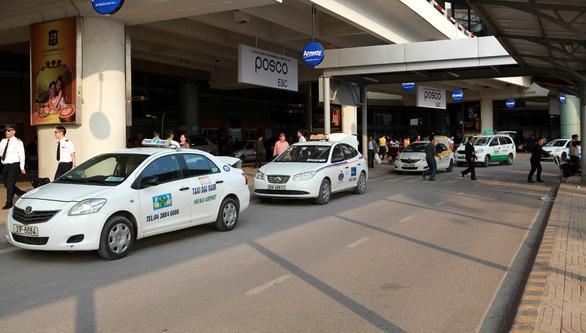 Dừng taxi, hành khách chủ động xe cộ từ sân bay Nội Bài về - Ảnh 1.