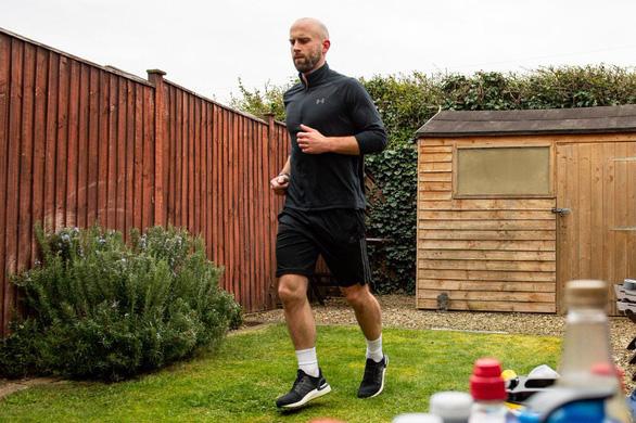 Chạy marathon quanh nhà quyên góp tiền chống dịch - Ảnh 1.