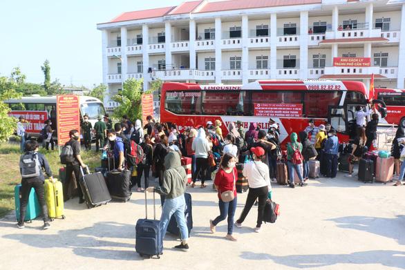 Hàng trăm người hoàn thành cách ly tại Cần Thơ được xe đưa về TP.HCM - Ảnh 1.
