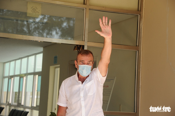 Bệnh nhân người Anh ra viện, mắt đỏ hoe cảm ơn bác sĩ bằng tiếng Việt - Ảnh 7.