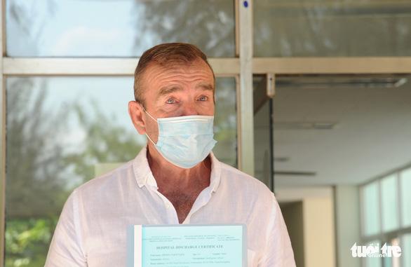 Bệnh nhân người Anh ra viện, mắt đỏ hoe cảm ơn bác sĩ bằng tiếng Việt - Ảnh 2.