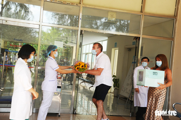 Bệnh nhân người Anh ra viện, mắt đỏ hoe cảm ơn bác sĩ bằng tiếng Việt - Ảnh 4.