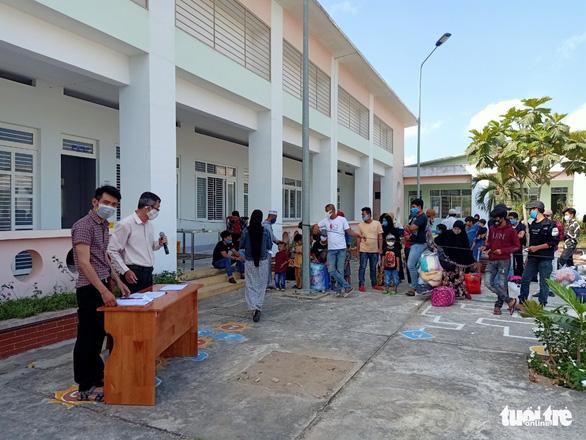 Hỗ trợ xe đưa gần 400 công dân từ Campuchia hoàn thành cách ly về nhà - Ảnh 2.