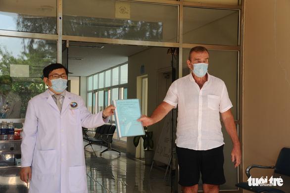 Bệnh nhân người Anh ra viện, mắt đỏ hoe cảm ơn bác sĩ bằng tiếng Việt - Ảnh 5.
