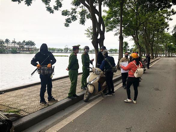 3 người đầu tiên ở Hà Nội bị phạt vì ra đường không có lý do cần thiết - Ảnh 1.