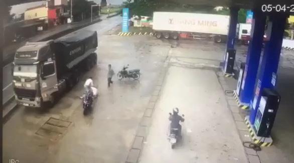 Tài xế chạy xe tải ngược chiều, suýt tông người lại còn đánh người - Ảnh 1.