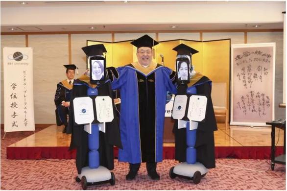 Dùng robot đại diện nhận bằng đại học, chuyện chỉ có 'thời corona' - Ảnh 1.
