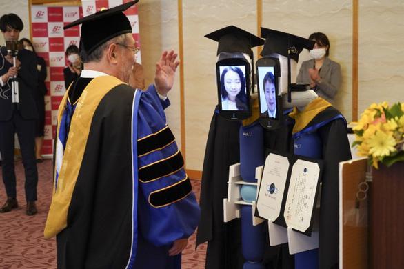 Dùng robot đại diện nhận bằng đại học, chuyện chỉ có 'thời corona' - Ảnh 4.