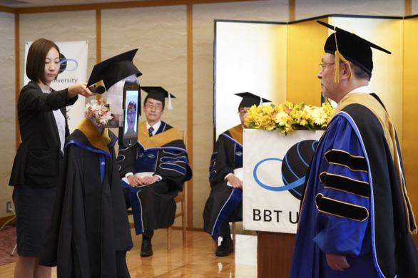 Dùng robot đại diện nhận bằng đại học, chuyện chỉ có 'thời corona' - Ảnh 7.
