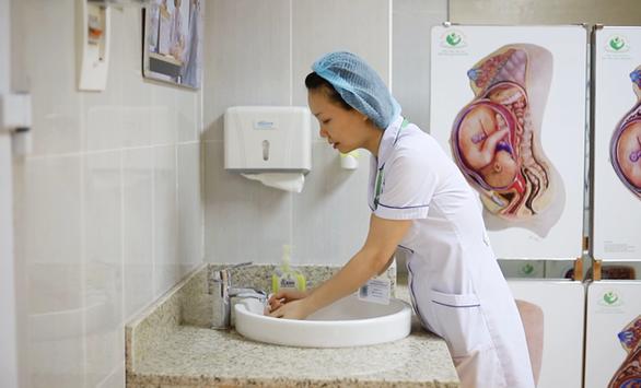 Cách ly 63 y bác sĩ Bệnh viện Phụ sản Hà Nội vì bệnh nhân 243 - Ảnh 1.