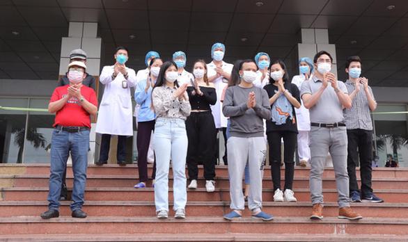 Thêm 11 bệnh nhân ở Hà Nội, 5 ở các tỉnh, ra viện - Ảnh 1.