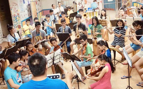 Gieo âm nhạc, ươm giấc mơ cho trẻ nghèo ở Cebu - Ảnh 1.