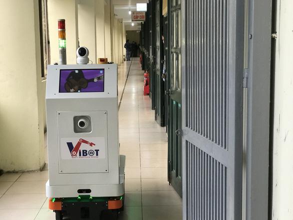 Việt Nam chế tạo thành công robot hỗ trợ bác sĩ chăm sóc bệnh nhân cách ly - Ảnh 1.