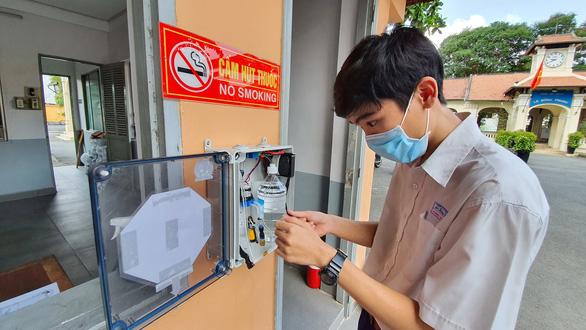 Học sinh Lê Hồng Phong làm máy rửa tay tự động tặng cho trường - Ảnh 1.