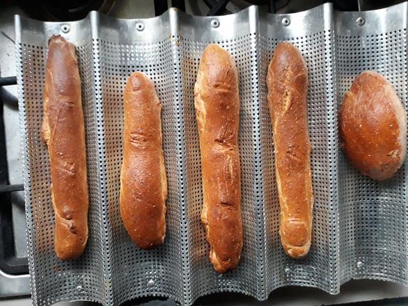 Nhật ký mùa dịch: Bánh mì Việt Nam chồng tôi làm khi 'cấm túc' - Ảnh 4.