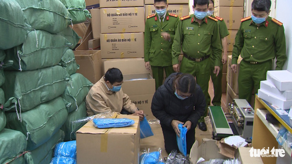 Đồ bảo hộ y tế, khẩu trang, nước sát khuẩn chất đầy một nhà ở Hà Nội - Ảnh 1.
