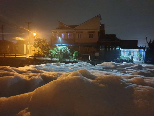 Nhà máy bột giặt và KCN là thủ phạm làm kênh nổi bọt trắng xóa ở Bình Dương - Ảnh 2.