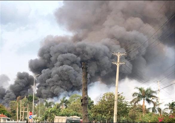 Kho chứa hơn 10.000 tấn hạt điều ở Phú Mỹ bốc cháy dữ dội - Ảnh 1.