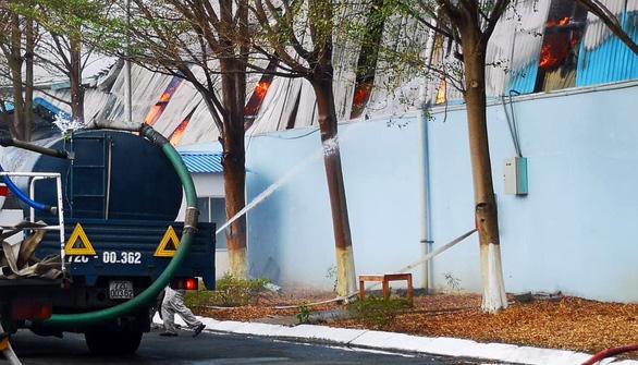 Kho chứa hơn 10.000 tấn hạt điều ở Phú Mỹ bốc cháy dữ dội - Ảnh 3.