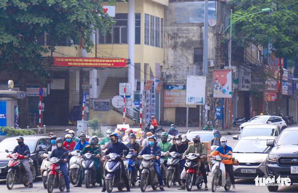 Sau 1 tuần cách ly, đường sá Hà Nội lại đông đúc - Ảnh 2.