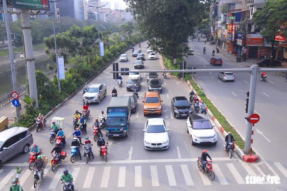 Sau 1 tuần cách ly, đường sá Hà Nội lại đông đúc - Ảnh 3.