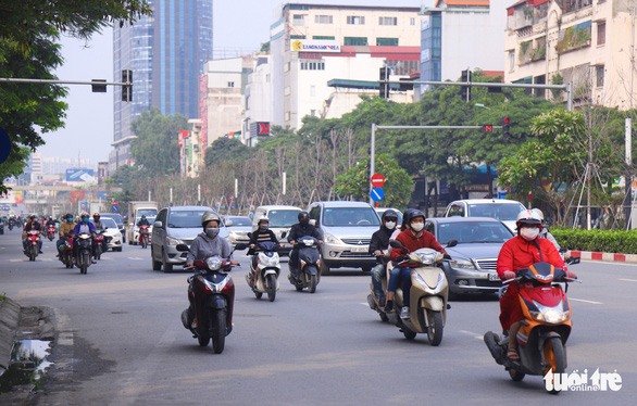 Sau 1 tuần cách ly, đường sá Hà Nội lại đông đúc - Ảnh 4.
