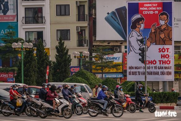 Sau 1 tuần cách ly, đường sá Hà Nội lại đông đúc - Ảnh 8.