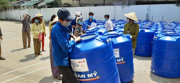 Người dân ở xứ 'mặn vây tứ bề' nhận 200 bồn chứa nước - Ảnh 4.
