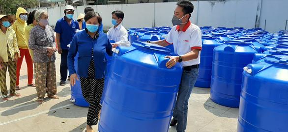 Người dân ở xứ 'mặn vây tứ bề' nhận 200 bồn chứa nước - Ảnh 3.