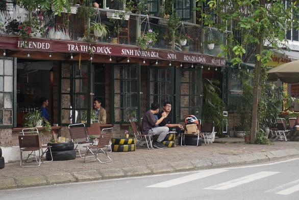 Nhiều người ở Hà Nội không còn đeo khẩu trang nơi công cộng - Ảnh 2.
