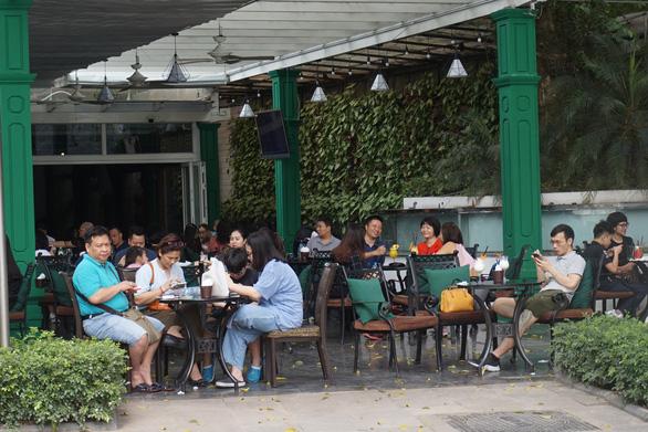 Nhiều người ở Hà Nội không còn đeo khẩu trang nơi công cộng - Ảnh 4.