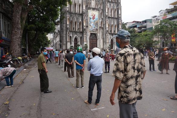 Nhiều người ở Hà Nội không còn đeo khẩu trang nơi công cộng - Ảnh 7.