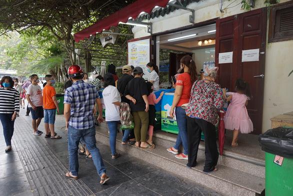 Nhiều người ở Hà Nội không còn đeo khẩu trang nơi công cộng - Ảnh 3.