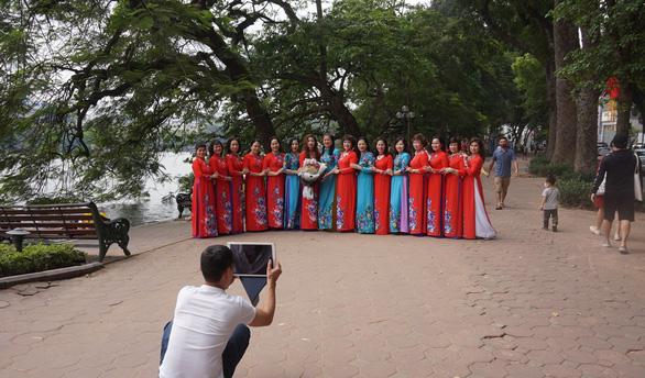 Nhiều người ở Hà Nội không còn đeo khẩu trang nơi công cộng - Ảnh 5.