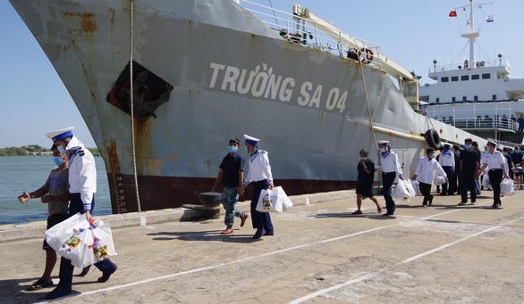 Hải quân bàn giao 30 ngư dân gặp nạn trên biển - Ảnh 3.