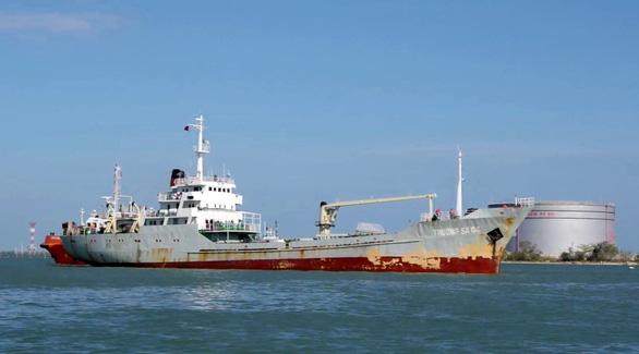 Hải quân bàn giao 30 ngư dân gặp nạn trên biển - Ảnh 2.