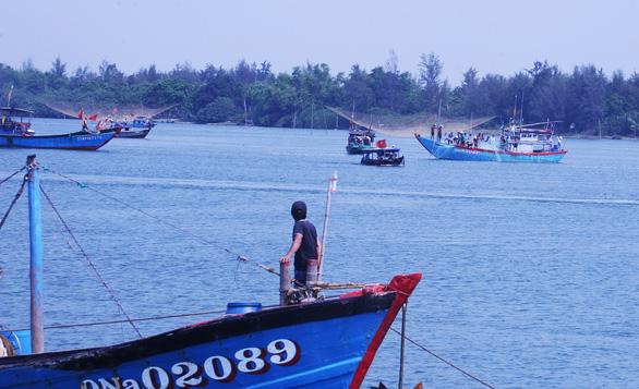 2 thi thể còn lại vụ lật ghe trên sông Thu Bồn đã được tìm thấy - Ảnh 1.