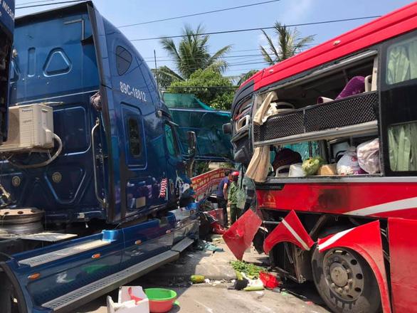 Xe khách đối đầu container, một phụ nữ chết tại chỗ - Ảnh 1.