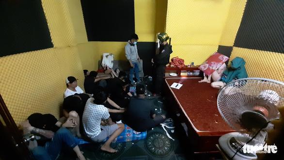 61 dân chơi thuê nhà nghỉ tổ chức tiệc bay lắc - Ảnh 1.